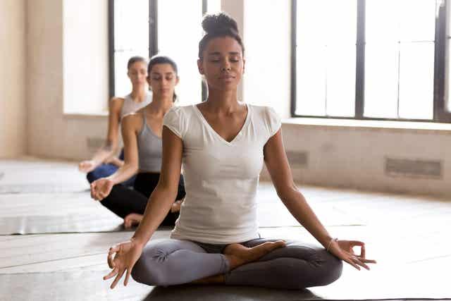 Détendre l amygdale cérébrale faisant du yoga.