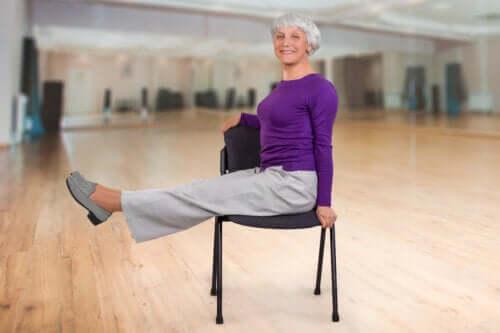 Exercices de yoga sur chaise pour les personnes âgées
