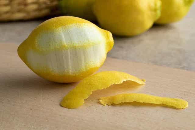 Des zests de citron.