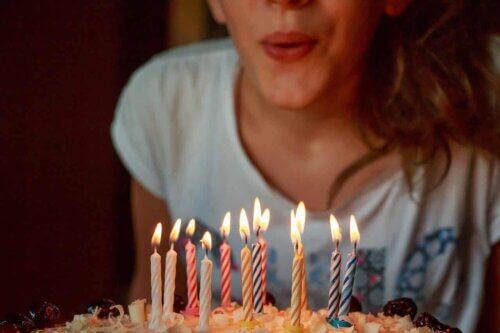 Une femme qui souffle sur ses bougies.