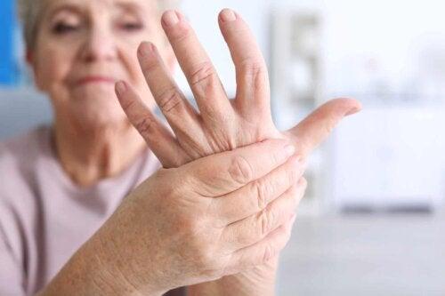 Une femme qui a mal à la main.