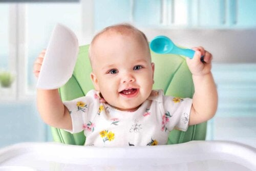 Un bébé au moment du repas.