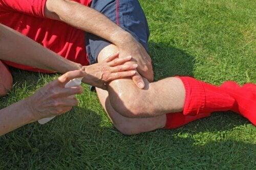 Une blessure au genou.