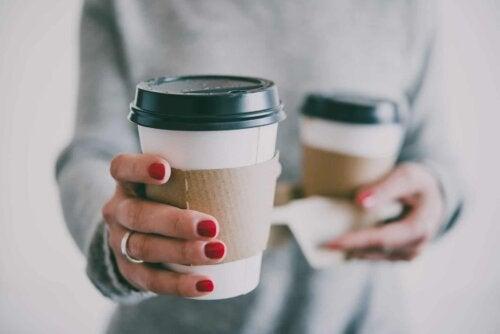 Deux grands cafés.