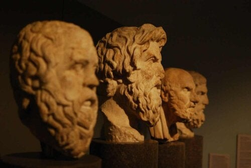 Des bustes de philosophes grecs.