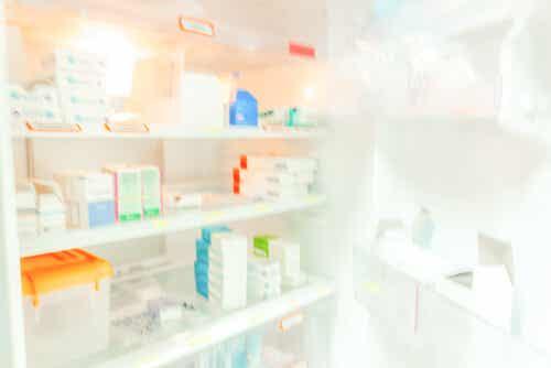 Des médicaments dans un réfrigérateur.