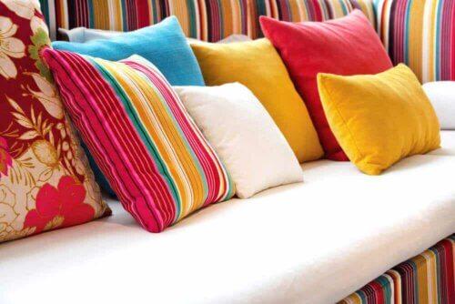 Un canapé avec des coussins.