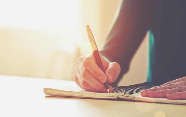 Une personne prenant des notes.
