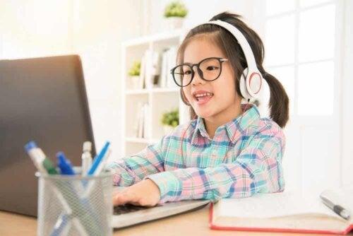 Un enfant sur un ordinateur.