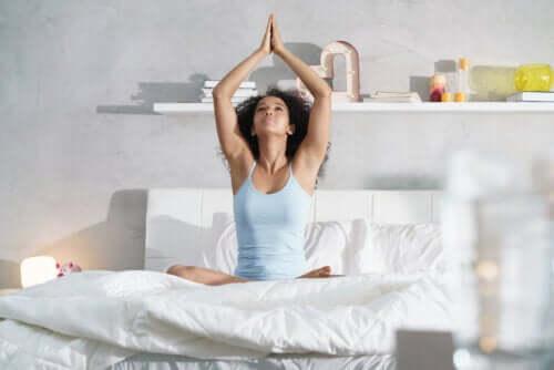 5 exercices que vous pouvez faire avant de dormir pour vous réveiller en pleine forme
