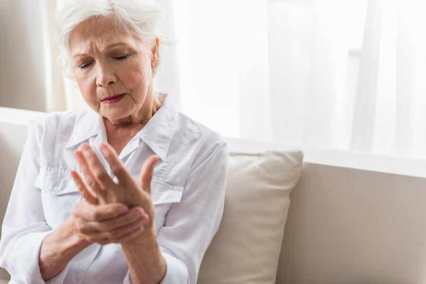 Une femme qui souffre d'arthrose.