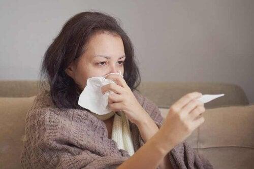 Une femme avec de la fièvre.