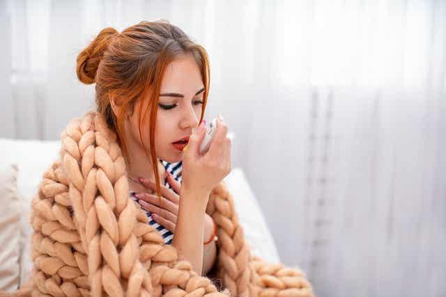 Une femme ayant une crise d'asthme.