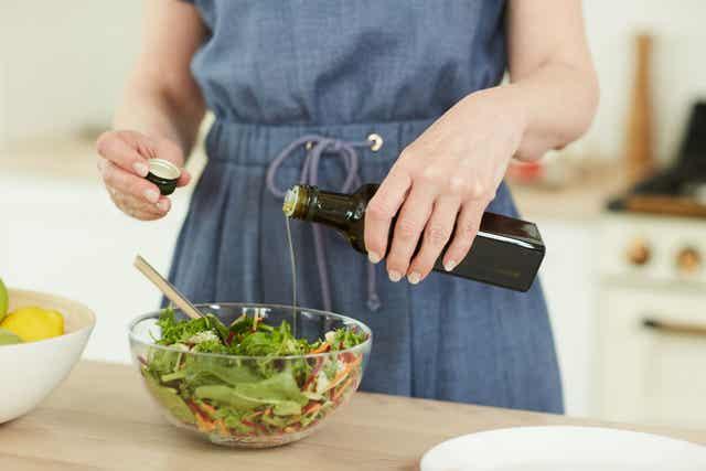 Une femme préparant une salade.