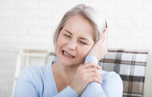 Une femme qui ressent une douleur à la tête.