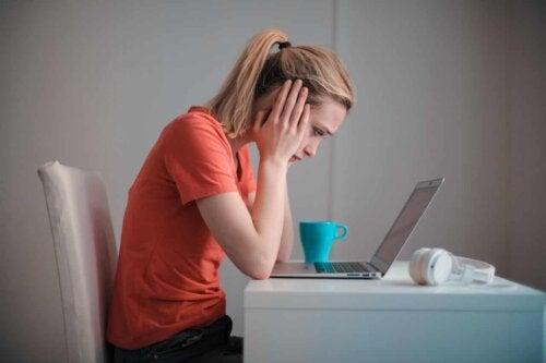 Une femme sur son ordinateur.