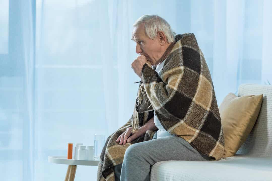 Un homme qui a la grippe.