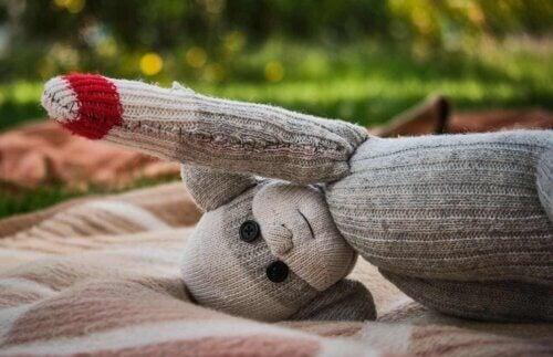 Un jouet avec une chaussette.