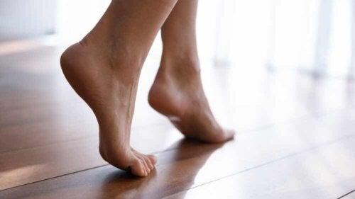 Une femme marche pieds nus.