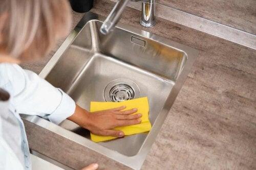 Comment nettoyer un évier.