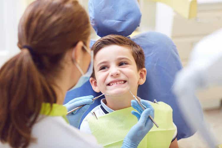 Un enfant fait de l'orthodontie.