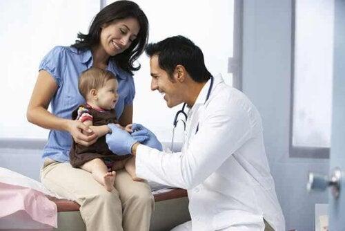 Un pédiatre et un bébé.
