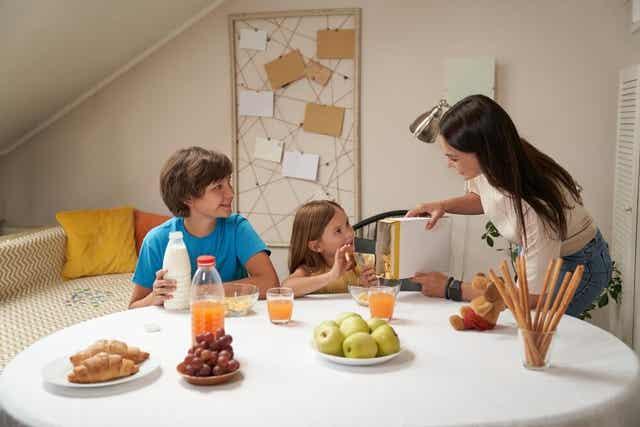 Un petit-déjeuner avec les enfants.