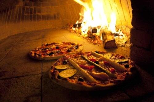 Des pizzas dans un four à bois.