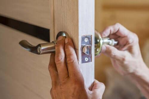 Comment réparer une poignée de porte ?