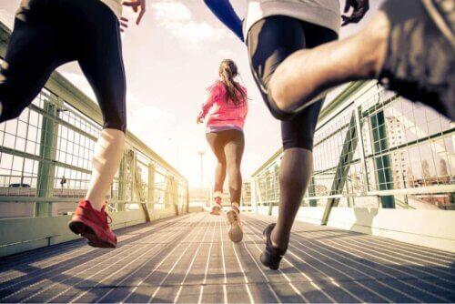 Des runners sur un pont.