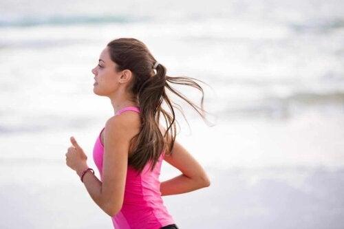 Une femme qui pratique le running.