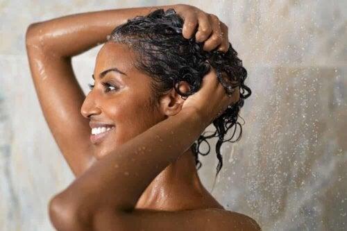 Une femme qui se fait un shampooing.