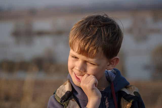 Un enfant se rongeant les ongles.