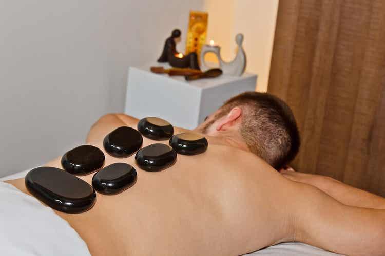 Un massage aux pierres chaudes.