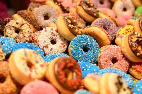 Des donuts colorés.