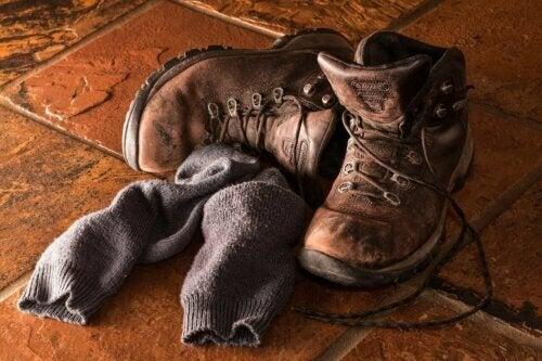 De vieilles chaussettes et chaussures.