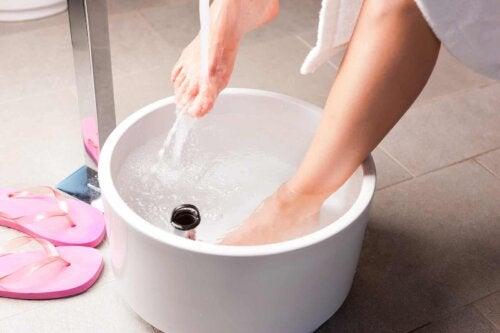 Un bain de pieds.