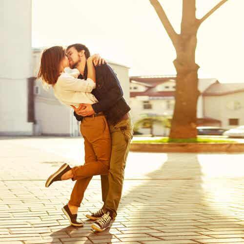 Couple qui s'embrasse.