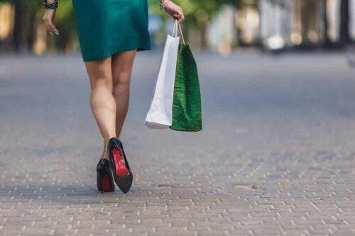 Femme qui fait des achats.