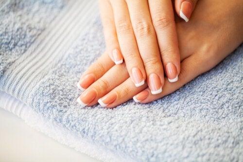 Mains froides : causes et astuces pour les éviter