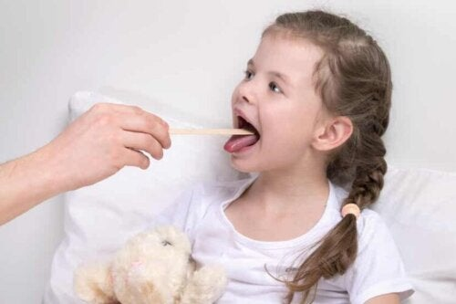 Une fillette qui souffre de laryngite.
