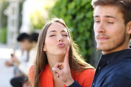 Un jeune homme qui rejette un baiser.