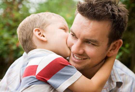 Un enfant qui fait un bisou à son père.