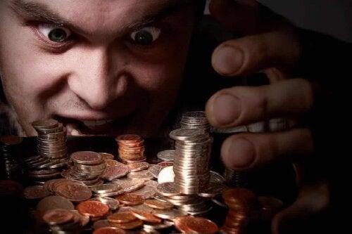 Une personne face à une pile de pièces.