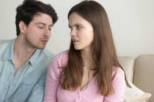 Une femme qui rejette le baiser de son partenaire.