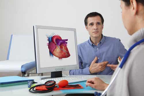 Un cardiologue avec un patient.