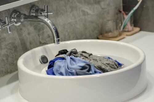 Comment laver les vêtements sales pendant un voyage ?