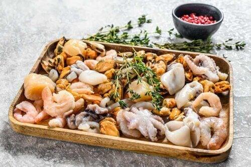 Un plat de fruits de mer.